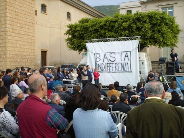 Lo striscione che faceva da sfondo e da titolo alla manifestazione BASTA INDIFFERENZA - Scilla