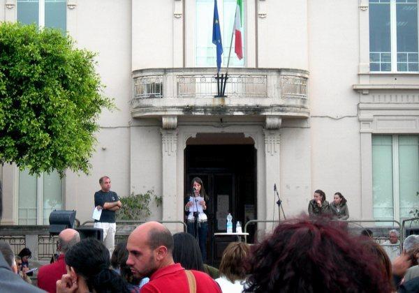foto intervento fabiana alla manifestazione basta indifferenza a  scilla del 14.05.2010